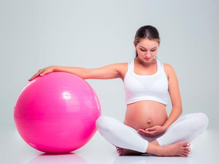 Fisioterapia pélvica para gestantes, grávida sentada ao lado da bola de pilates